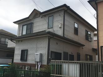 屋根・外壁塗装を検討している2階建ての邸宅