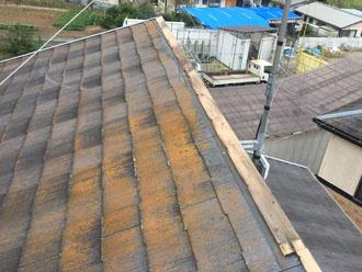 棟板金が飛散し、経年劣化で汚れが目立つスレート屋根