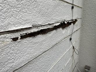 増築部分の外壁が一部捲れてしまっています