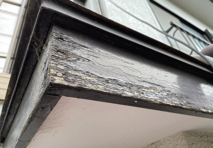 庇の破風は塗装が剥がれていました