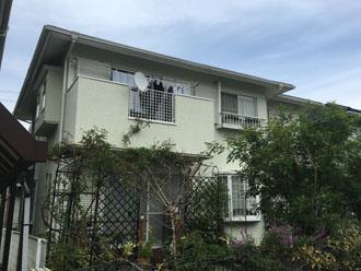 台風で屋根が破損し、修理と塗装を検討している2階建て住宅