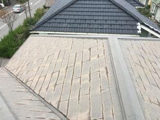 雨染みや色褪せが目立つスレート屋根