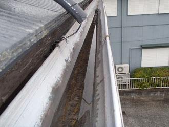 雨樋掃除で落ち葉やゴミを除去した後の雨樋