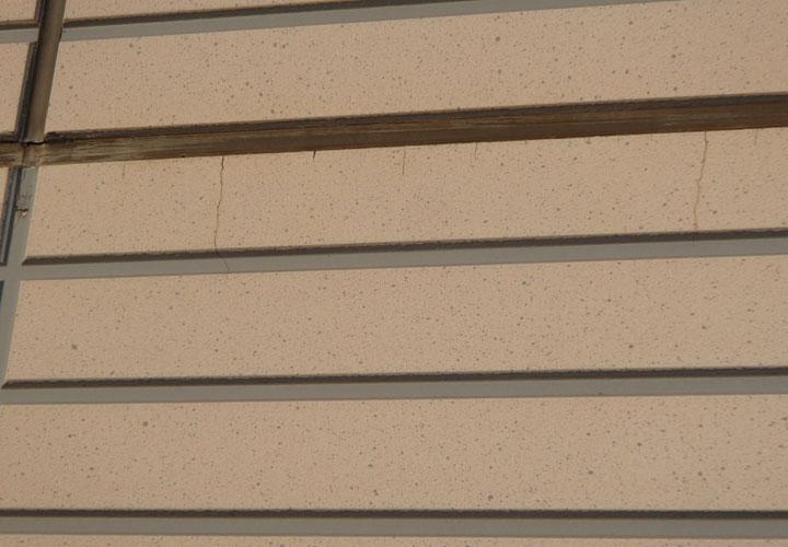 目地のシーリングが痩せ細り、外壁にかけてクラックが発生している