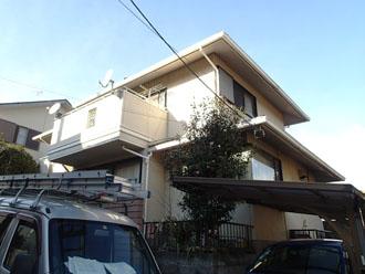 屋根塗装と雨樋工事を検討している2階建て住宅