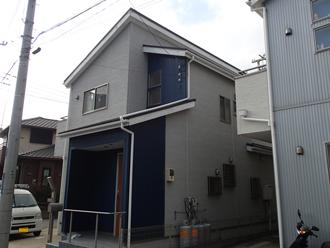外壁塗装とシーリング補修工事を検討しているツートンカラーの2階建て邸宅