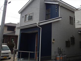 玄関前の金属サイディング