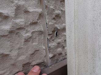 目地の端が切れ、サイディング外壁の一部に傷が発生しているサイディング外壁