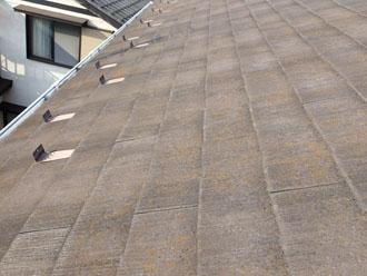 築18年目 藻が発生し始め変色が見られる化粧スレート屋根