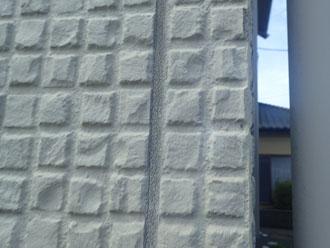 サイディング外壁目地のシーリングが傷みひび割れを引き起こしていました