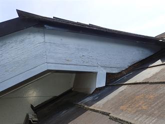 棟違いの屋根と外壁の取り合い