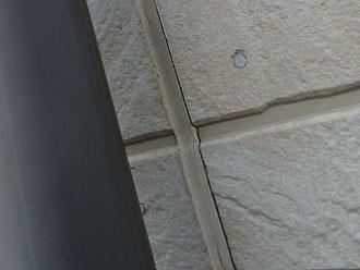 外壁とシーリングの間に隙間が出来てしまった目地