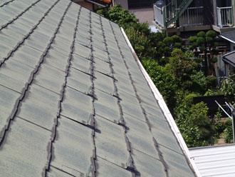 色褪せ・雨染みが目立つスレート屋根