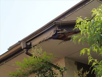 雨樋破損と破風板腐食