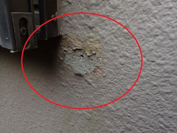 塗膜が剥がれて外壁の素地が露出しています