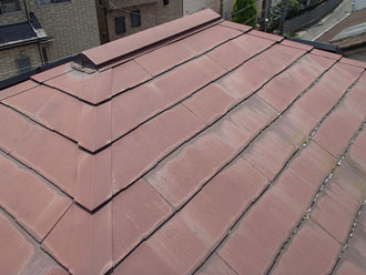 雨染みなどの経年劣化症状が目立つ茶色のスレート屋根