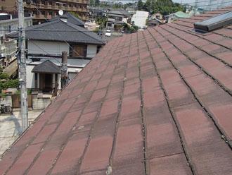 雨染みなどの劣化症状が見られる茶色のスレート屋根