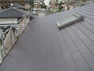 サーモアイ4Fのクールディープグレーで屋根塗装が完工した天窓付きのスレート屋根
