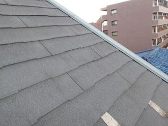 表面がざらついたスレート屋根
