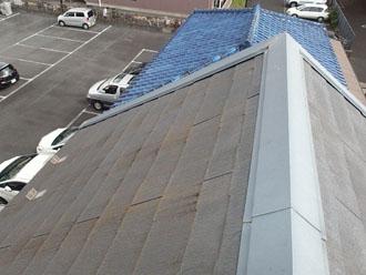 経年劣化で表面が変色しているスレート屋根