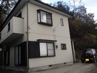 屋根塗装を検討している2階建て住宅