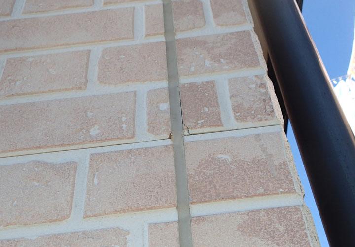 窯業サイディング外壁とシーリングの間に隙間が発生し、小さなクラックが発生