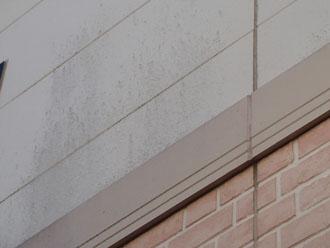 2階部分の白い外壁の汚れ
