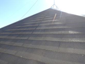 経年劣化で塗装の光沢が無く表面がザラザラしているスレート屋根スレート
