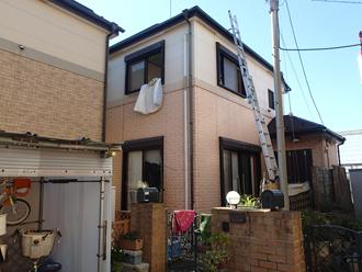 屋根塗装と外壁塗装を検討している2階建て窯業サイディング外壁の住宅