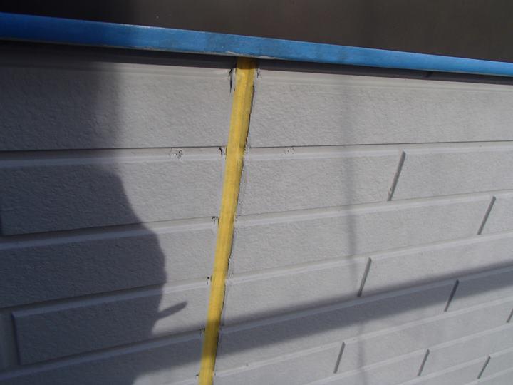 外壁塗装後、縦目地にマスキングテープ養生