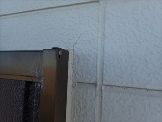 窓枠から伸びた構造クラック