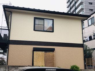 ダイヤスーパーセランフレックスで塗装が完工し、ツートンカラ―になった住宅