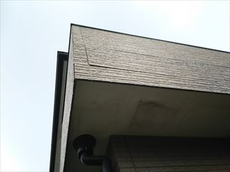千葉市若葉区源町で行った外壁調査で雨水の原因になるサイディングボードの反り