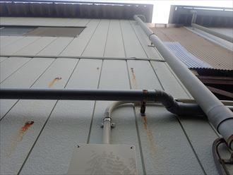千葉市緑区中西町で行った外壁調査の金属サイディングに腐食に繋がる錆汁を発見