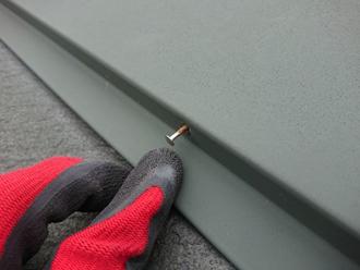棟板金を固定している釘に浮きが見られます