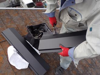 棟板金を屋根に合わせて加工