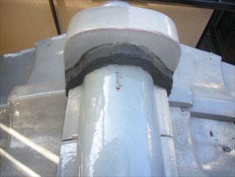 雨漏りを引き起こす大きな原因、防水紙(ルーフィング)の状態確認を行いました。 屋根材が雨漏りを防いでいると思われがちですが、実際には内部の防水紙が雨水の浸入をブロックしています。 屋根材をメンテナンスしても、雨漏りを起こしてしまったというお住まいは、防水紙の寿命が考えられます。 雨漏りは外壁塗装を台無しにする恐れもありますので、気づいた段階でしっかりと補修していきましょう。