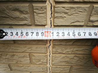 千葉市若葉区源町で行った外壁調査でサイディングボードの干渉を防ぐシーリング材の劣化が進行しています