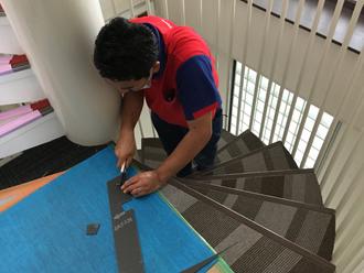 階段床材(長尺シート)をカットしている様子