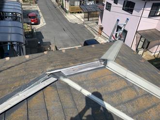 台風により棟板金が飛散したスレート屋根