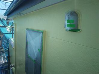 佐倉市江原で行った外壁塗装工事で日本ペイントのパーフェクトトップを使用した上塗り工程