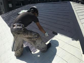 屋根塗装の中塗り工程