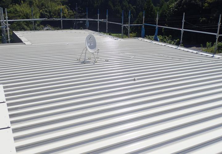 サーモアイSiクールクリームで吹き付け塗装した折半屋根