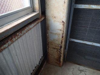 錆び付いた窓際の鉄骨