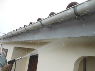 軒下や雨樋の洗浄