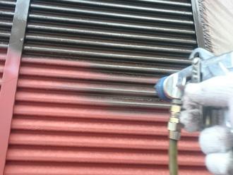富津市 雨戸の塗装 吹き付け塗装で中塗り