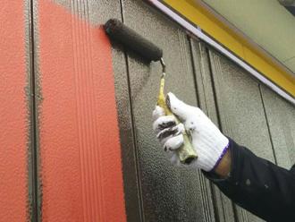 富津市 雨戸の塗装 ローラーで中塗り