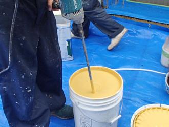 富津市 外壁塗装 エラストコートを攪拌中