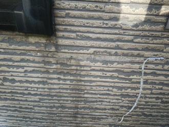 シーリングが切れているバルコニーの壁